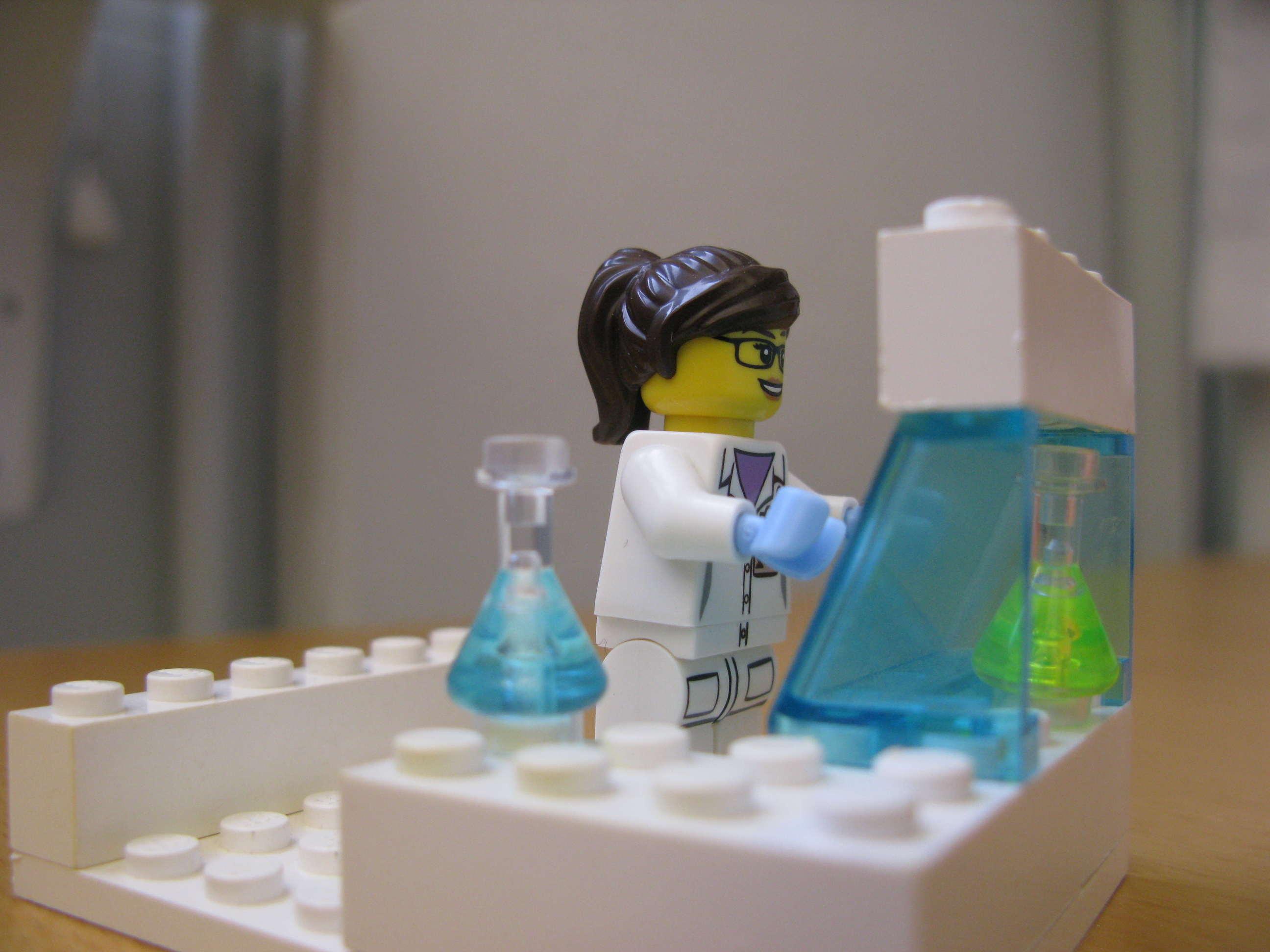 Här står hon i sitt labb